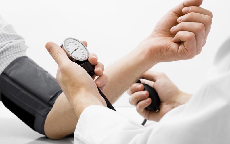 Tăng hoặc tụt huyết áp đột ngột là hiện tượng thường gặp khi xông hơi sai cách