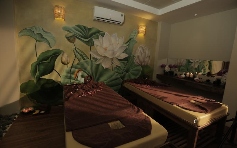 Không gian trị liệu riêng tư, lãng mạn với nến và hoa