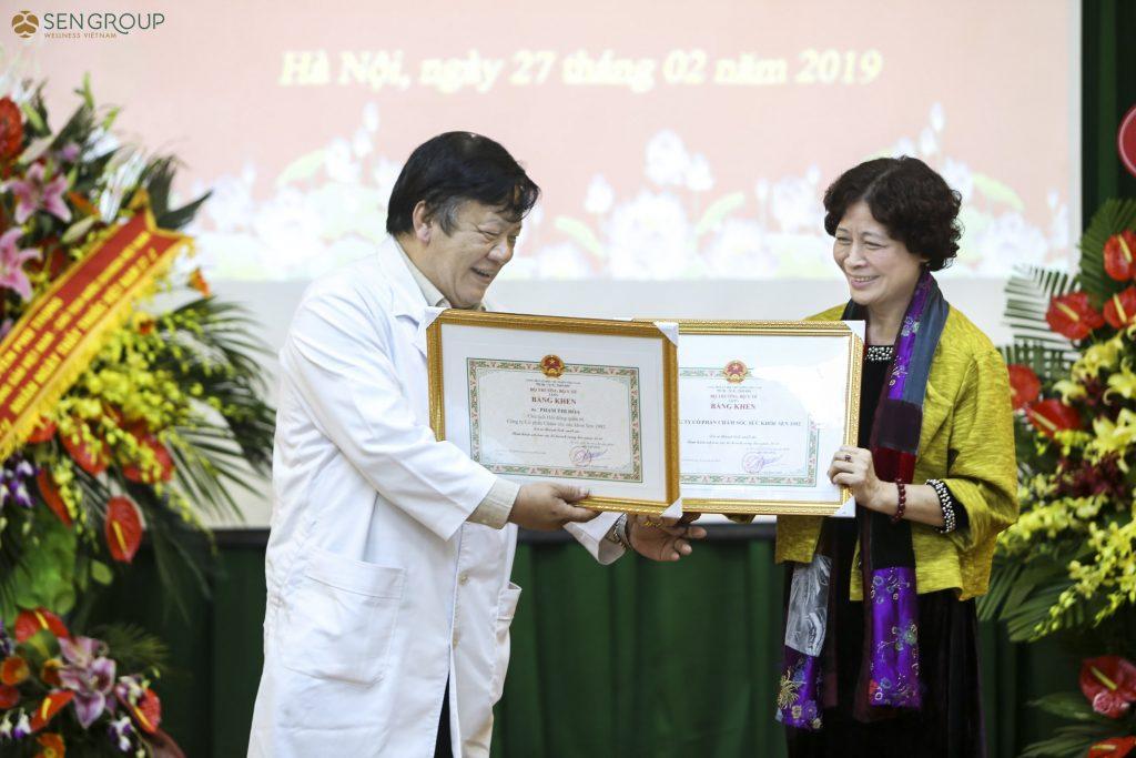 Chủ tịch HĐQT Phạm Thị Hòa cùng TTND – PGS.TS Viện trưởng Nguyễn Bá Quang