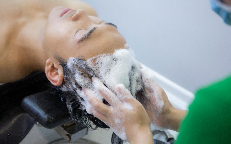 Gội đầu thường giúp mái tóc mềm mượt suôn nhẹ