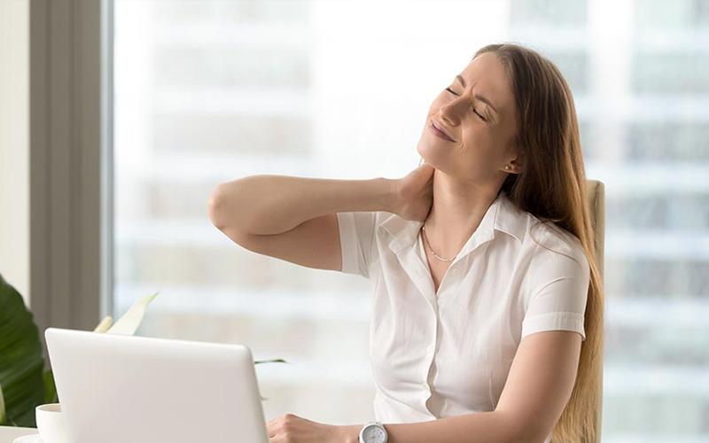 Đau cổ vai gáy khiến bạn khó tập trung làm việc